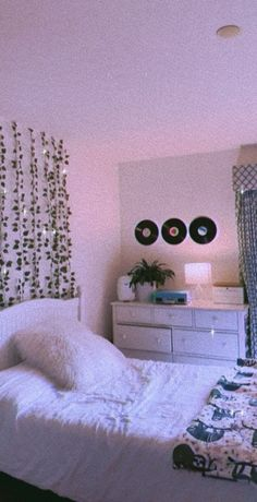 Minimalist Home Interior Cute Bedroom Decor, Room Ideas Bedroom, Teen Room Decor, Teen Bedroom, Bedroom Inspo, Indie Room, Neon Room, Cute Room Ideas, Bedroom Wall Collage