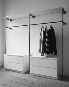 Offener Kleiderschrank · Kleiderstange · Garderobe · Industrial Design · Industriedesign · Temperguss · Eisenrohr · Steel Pipe · DIY · Möbel · Möbelbau · Do it yourself · Wasserrohr · Heizungsrohr · Rohr · Möbelbau · Garderobenstange · Begehbarer Kleiderschrank · Interior Design · Stahlrohr · Geschweisste Möbel · Begehbarer Kleiderschrank · Kleiderständer · Ladeneinrichtung · Ladenausstattung · Offene Garderobe · Schranksystem · Kleiderschränke ·