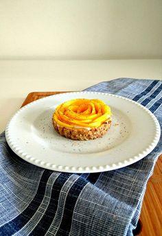 De délicieuses tartelettes à la mangue, sans gluten, sans lactose, vegan et paléo. Le tout cru afin de bénéficier de tous les bienfaits des aliments