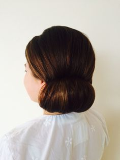 Bride 2015 A simple of side chignon, complemented this brides destination in Spain. July Wedding, Wedding 2015, Side Chignon, Wedding Hairstyles, Brides, Spain, Simple, Fashion, Side Buns