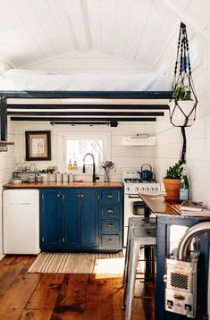 This is The Hive. It's a farmhouse-style tiny cottage on wheels by Willowbee Tiny Homes out of New York. The tiny home features a living area, Small Cabin Kitchens, Cottage Kitchens, Log Home Kitchens, Kitchen Small, Modern Tiny House, Tiny House Design, Tiny House Office, Modern Cottage, Tiny Houses For Sale