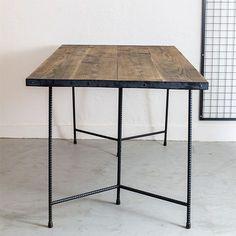 - Dichotomic / ディコトミック- が製作・販売を行う、無垢古材天板D785 三脚ソーホース異形鉄アイアン脚 ダイニングテーブルの商品ページです。3脚ソーホースのアイアン脚は、天板を載せるだけで完成するダイニングテーブルなので、誰でも簡単に組み立てることができます。天板に古材を使用することで、テーブルとしての存在感とデザイン性を高めています。アイアン脚は、スタッキングして収納することもできるので、使用しない時の収納場所もコンパクトに収まります。