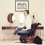 "Socialité rusa se toma foto sentada sobre una ""silla-mujer-negra""; artista gay negro responde con esta imagen"