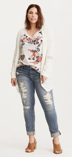 JUST IN!! Stitch Fix Plus Size fashion! 2017 fashion trends up to size 24W & 3XL. Have your own personal stylist picke items just for you & delivered to your door. No stress shopping in stores! #sponsored #stitchfix Floral v-neck, white cardi and distressed jeans.