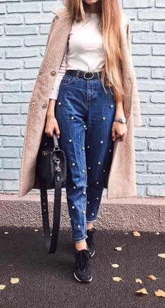 how to wear Mom's jeans outfit ideas