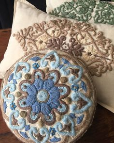 Hand embroidery / Morocco line cushions / Alma Bohemia deco - Decoration Mexican Embroidery, Crewel Embroidery, Hand Embroidery Patterns, Crochet Mandala, Textile Fabrics, Embroidery Techniques, Embroidered Flowers, Needlework, Pillows