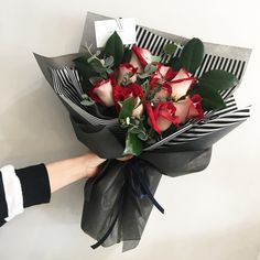 An ideal colour combination. Flower Bouquet Diy, Bouquet Box, Bouquet Wrap, Hand Bouquet, Floral Bouquets, How To Wrap Flowers, Flowers For You, Beautiful Flowers, Beautiful Flower Arrangements
