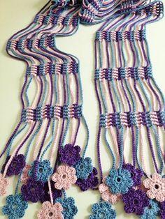 Bufanda con flecos y flores