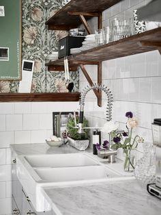 kitchen design | Morris & Co. wallpaper, open shelves, carrara marble worktop, pull-down faucet