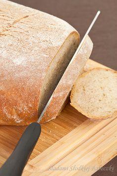 Ten chleb jest przepyszny i jak już nazwa wskazuje, naprawdę delikatny. Zarówno w smaku, jak i strukturze. Miękisz ma malutkie dziureczki, które wręcz uwielbiam…