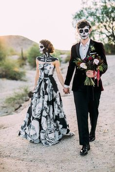 ☠️☠️HALLOWEDDING WEEK👻👻 🧡Halloween weddings are the perfect excuse to not just dress up…but dress up in costume! Halloween Series, Theme Halloween, Couple Halloween Costumes, Happy Halloween, Halloween Cookies, Halloween Halloween, Skull Wedding, Gothic Wedding, Boho Wedding