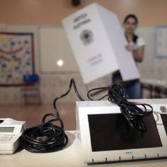 Canadauence TV: Homem joga urna eletrônica no chão em São Paulo