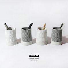 콘크리트와 기하학적인 패턴이 결합된 Z Pencil Vase와 C Pencil Vase는 세상 어디에서도 찾아볼 수 없는 유니크한 디자인으로 남들과 똑같은 것을 거부하는 당신에게 특별한 선물이 될 것입니다. 심심한 당신의 책상을 눈부시게 빛내주세요.  www.kindof.co.kr