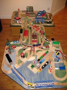 Wooden Thomas train tracks and sets - Layouts
