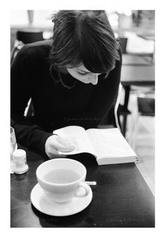 Coffee and books. People Reading, Woman Reading, I Love Reading, I Love Books, Good Books, Books To Read, Coffee And Books, Lectures, Relax