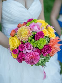 bouquet ♥ dahlias, roses jaunes oranges, hortensia vert, chrysanthème vert et hypericum vert