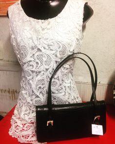 Blusa de renda guipure acompanhada por bolsa preta formando uma bela composição  #brechocamarimtododianovidade  #brecho .