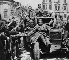 Жители Праги встречают советских солдат-освободителей, едущих на грузовике ЗиС-5