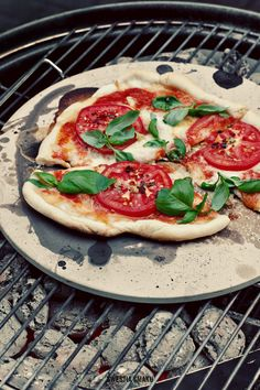 Pizza z Grilla  { Pizza on the Grill - Pizza of Tomatoes, Mozzarella and Basil }
