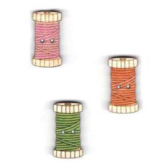 Botones decorativos de madera en forma de bobina de hilo.  Medida: 1.5 x 2.5 cm.  El pack incluye tantos botones como aparecen en la imagen.
