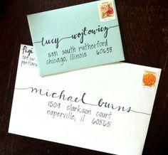 De enveloppen voor de trouwkaarten met handlettering van de namen