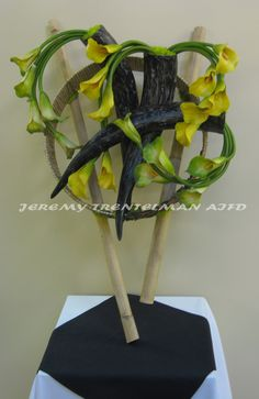 Delicate Horns: Green and yellow calla lilies, artificial bull horns, bamboo and moss mounted to a re-purposed military engine part that has been wrapped in raffia and decorative wire. This was one of several pieces on exhibit at my last art show. Unique Flower Arrangements, Unique Flowers, Floral Centerpieces, High Art, Flower Show, Calla Lily, Ikebana, Botanical Art, Flower Designs