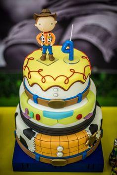 Bolo fake do Toy Story, com Woody no topo! Amei essa ideia de decorar o bolo com as roupas dos personagens! Tem Bus, Jessy...
