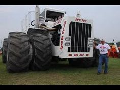 """Now that's a tractor! Aerial & Scissor Lift Training www.training """"Train One or Train All"""" Big Tractors, Vintage Tractors, Vintage Farm, Ford F650, New Holland Agriculture, New Tractor, Farm Boys, Engin, Rubber Tires"""