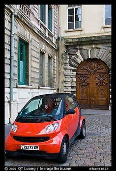diminuto coche en el pavimento coblestone frente a la casa histórica.  Lyon, Francia