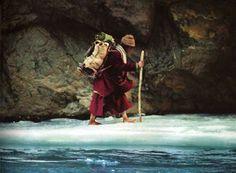 Mettre un pied devant l'autre, se mettre en mouvement, c'est déjà créer le chemin - Tibet - By Olivier Föllmi