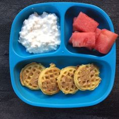 If youve had the luxury of making meals for a toddler youll quickly appreciate the one constant that comes from creating a toddler feeding routine. Heres a look at what my toddler eats in a day- from breakfast to dinner and snacks included! Healthy Toddler Meals, Toddler Lunches, Healthy Snacks, Healthy Recipes, Toddler Food, Toddler Dinners, Toddler Learning, Toddler Activities, Learning Activities