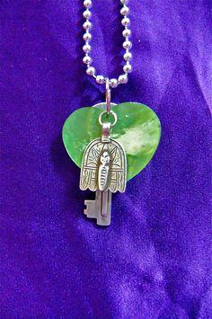 Cœur en nacre verte, clef et abeille stylisée  ( Façon laguiole ) argenté, sur chaîne boule. 35 €