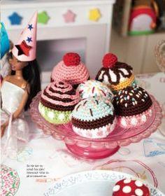 Crocheted Cupcakes with Cherry - Free Crochet Pattern / Gratis virkmönster för cupcake muffins