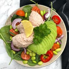 Salat med tun og avocado is part of Salat Opskrift Med Tun Avocado Og Parmesan Se Her - extra] Food N, Food And Drink, Veggie Recipes, Healthy Recipes, Cooking Recipes, Salad Recipes, I Love Food, Food Inspiration, Brunch