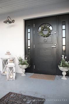 I love this dark door! Single Door Design, Main Door Design, Front Door Design, Norway House, White Exterior Houses, Small Porches, House Front Door, Facade House, Cottage Living