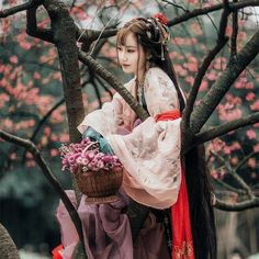Pictures of hanfu (han chinese clothing) I like. Chinese Traditional Costume, Traditional Fashion, Traditional Dresses, Hanfu, Geisha Samurai, Moda China, Costume Ethnique, Kubo And The Two Strings, Moda Pop