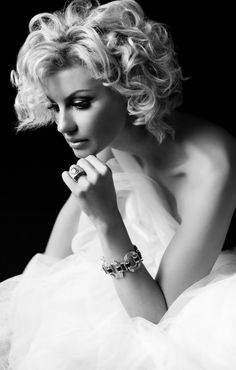 """think beauty comes from within. If you're happy and look at life in the best way you can, even when there are problems, it can make you beautiful on the outside."""" Faith Hill by Russell James Beauté Blonde, Blonde Bobs, Short Curly Haircuts, Short Hair Cuts, Curly Short, Cute Hairstyles, Wedding Hairstyles, Faith Hill, Gorgeous Blonde"""