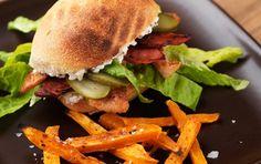 """""""Burger"""" med hytteost, chorizo og kylling serveret med græskar-fritter."""
