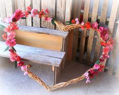 Corazón de ramas y guirnaldas de flores de papel. http://www.papermoonandco.com/