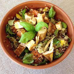 Lunsj  Tok det jeg fant av middagsrester pluss litt ekstra...Det ble en fin blanding av kylling quinoa gulrot paprika og basilikum...Krydret ekstra med rosmarin og urtesalt!