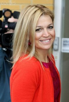 Onze koningin & powervrouw Maxima Queen Maxima of Holland always beautifull Kijk dit is onze koningin, our queen . (Next to hubby the king) Dutch Princess, Dutch Queen, Pretty People, Beautiful People, Queen Of Netherlands, Royal Dutch, Blonde Moments, Royal Brides, Queen Maxima