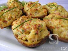 Recept na zapečené brambory plněné šunkou, přírodním sýrem a pažitkou. Brambory můžeme podávat jako chuťovku nebo přílohu, ale výborně chutnají se zeleninovým salátem třeba i k večeři.