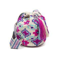 Bolso Wayuu en color Beige con tonos en naranja y rosa, tejido a mano en Crochet con un asa tipo banda, diseñado por Guanabana handmade Tapestry Bag, Tapestry Crochet, Knit Crochet, Crochet Bags, Mochila Crochet, Crochet Fashion, Bag Making, Fashion Backpack, Crochet Patterns