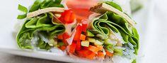 """*** Vegane Sommerrollen *** Bei der Leckerei, die ich euch heute vorstellen möchte, handelt es sich um eine traditionelle Vietnamesische Spezialität. Die """"Gỏi cuốn"""" oder """"Nem cuốn"""" werden bei uns auch Vietnamesische Frühlings- oder Sommerrollen, oder auch Gemüserollen genannt. In die Vietnamesischen Sommerrollen kommen, traditionell, neben dem Gemüse und den Bun Nudeln auch Garnelen und Schweinefleisch, auch Fischsauce wird gern verwendet. Darauf verzichten wir natürlich bei diesen veganen…"""