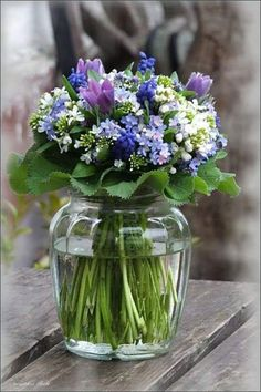 Spring Flowers in Glass Vase . Arte Floral, Deco Floral, Fresh Flowers, Spring Flowers, Beautiful Flowers, Flowers In A Vase, Small Flowers, Purple Flowers, Beautiful Flower Arrangements