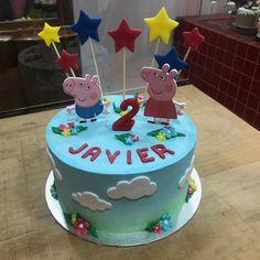 Tarta buttercream Peppa Pig y estrellitas. Peppa Pig, Birthday Cake, Desserts, Food, One Year Birthday, Pies, Sweets, Tailgate Desserts, Deserts