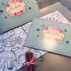 Lembrancinha da Isabela, um lindo livro de colorir   orçamentos  e-mail  duo@convitesduodesign.com ✔️faz um Print ✔️ manda email com a foto ✔️ manda a quantidade  Pronto, a DUO te responde em 24hs!  #duo #duodesign #duoideias #convites #convitesespeciais #convitedemenina #convitedemenino #encontrandoideias #casamentos #15anos #duokids #festas #festasespeciais #sonhos #blogencontrandoideias  #brindesdefinaldeano #natal #fimdeano #duocorporativo u