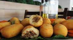 Massa  -   - 3 a 4 batatas grandes  - 3 colheres (sopa) de manteiga ou margarina  - 100ml de Leite  - 2 colheres (sopa) de orégano  - 2 colheres (sopa) de manjericão  - Sal a gosto  -   - Recheio  -   - 400g de carne moída  - 1 colher (sopa) de óleo  - 1/2 cebola picada  - 2 colheres (sopa) de alho moído  - Salsa e coentro a gosto  - Sal e pimenta do reino a gosto  -   - Milanesa  -   - 3 Ovos  - 1 Xícara (chá) de farinha de rosca