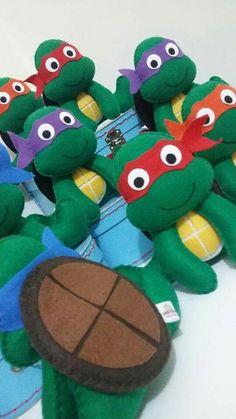 Tartarugas ninjas 3rd Birthday Parties, 4th Birthday, Birthday Party Invitations, Ninja Turtle Birthday, Ninja Turtles, Felt Crafts, Diy And Crafts, Felt Ornaments, Christmas Ornaments
