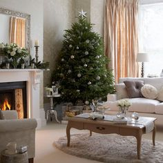 Cosy Christmas living room with Christmas tree, neutral wallpaper and wood coffee table Cosy Christmas, Beautiful Christmas Trees, Diy Christmas Tree, Christmas Tree Decorations, White Christmas, Christmas Lounge, Christmas Fireplace, Elegant Christmas, Christmas Ideas
